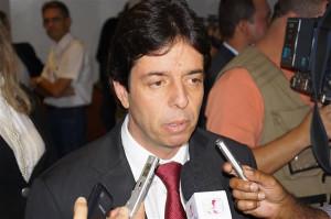Em sua passagem por Araguari, deputado Dinis Pinheiro chamou a atenção para a dívida dos estados com o governo federal, que se multiplicou devido aos altos juros. Foto: Gazeta do Triângulo