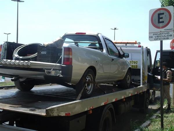 Caminhonete roubada tinha materiais de construção na carroceria e foi encontrada pelos militares no bairro Vieno. Foto: Gazeta do Triângulo