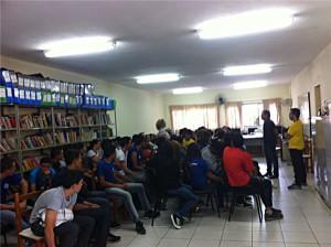 Após as palestras, os estudantes se reúnem para debater a importância da participação no cenário político de Araguari. Foto: Divulgação