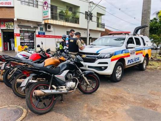 Prestadores do serviço se reuniram em protesto pela cidade, pedindo fim das notificações e agilidade quanto à regularização do serviço