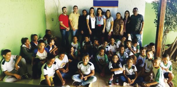 Estudantes participaram do projeto Contando e Encantando que teve apoio do grupo artístico EMCANTAR