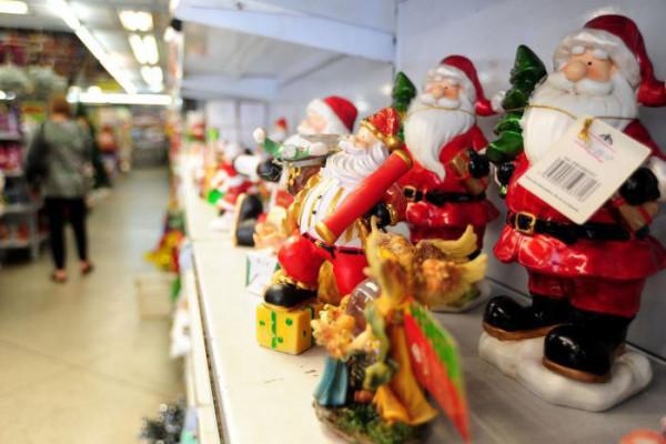 Decoração de natal pode ser vista nas vitrines da cidade