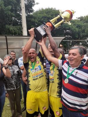 Entrega do troféu com a presença do patrocinador Adelino Carvalho