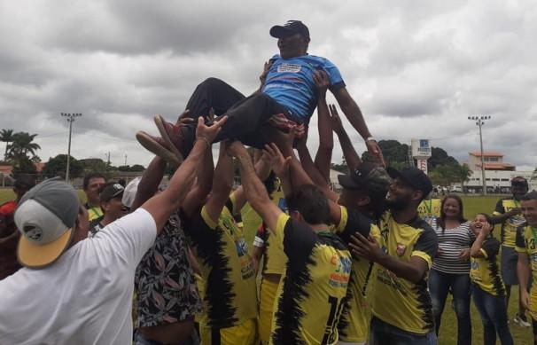 Técnico Zulu é festejado pelos seus atletas ** Juninho da Van - colaborador