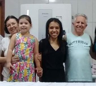 Marlene Maria Alves Barbosa aniversariante de hoje na foto com sua netas Isabela Barbosa  que aniversariou dia 07/11 , Amanda Maria Barbosa Curtt que aniversariou dia 11 e seu esposo José Barbosa que aniversariou dia 03