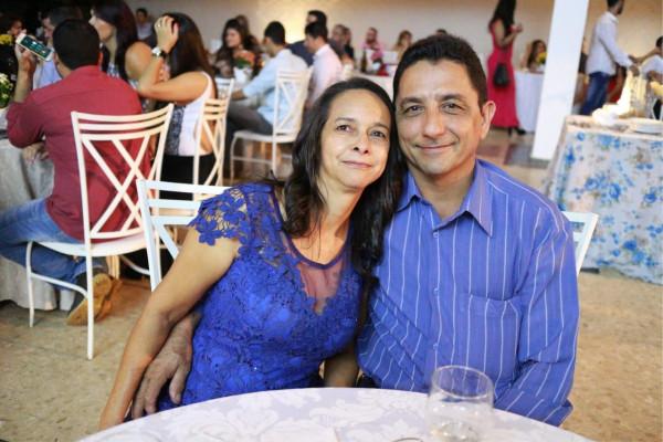 Niovaldo Vaz Carneiro aniversariante do dia 13 na foto com a esposa Ana Ester