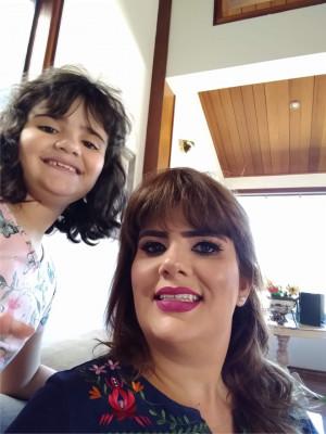 Patrícia Mazão Rodrigues da Cunha ao lado da filha Isabella aniversariante do dia 19/1
