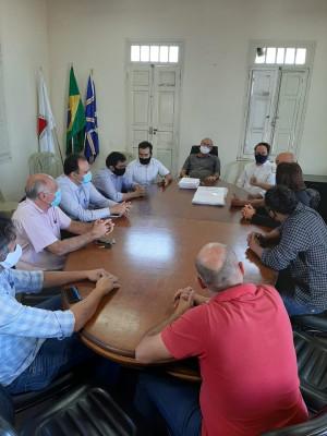 José Júlio Lafayette fez a doação e entrega do projeto elétrico da unidade, em reunião com autoridades locais.