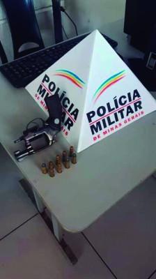 Arma e munições apreendidas na manhã de ontem