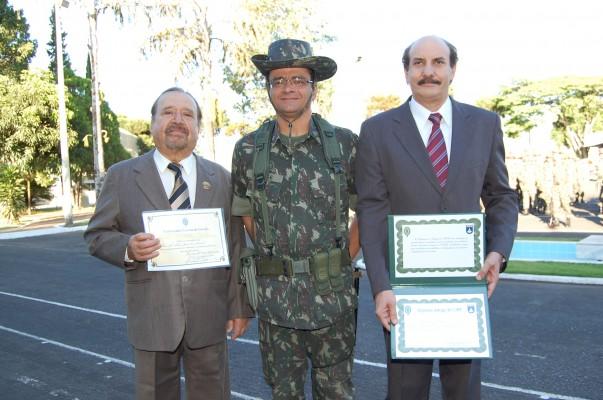 Darli Amaral sendo homenageado como Colaborador Emérito do Exército